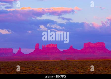 Monument Valley Tribal Park, Utah, The Bear, Stagecoach und andere Spitzen, Sunrise - Stockfoto