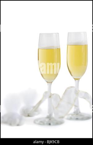 Zwei Sektgläser mit Champagner und Bänder mit Bonbons - Stockfoto