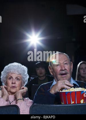 Mann und Frau Film im Kino Angst anschauen - Stockfoto