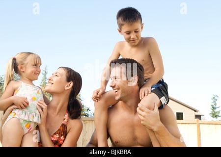 Familie posiert im freien - Stockfoto