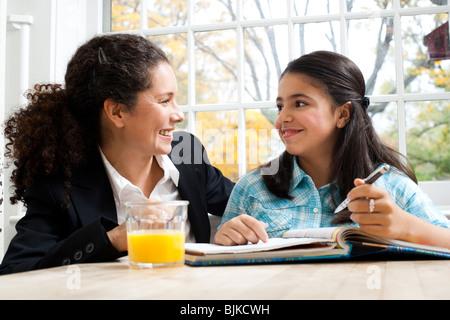 Frau und Mädchen Hausaufgaben - Stockfoto