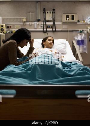 Mutter Tochter im Krankenhausbett sitzen nervös - Stockfoto