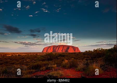 Uluru, auch Ayers Rock, bei Sonnenuntergang. Northern Territory, Australien - Stockfoto