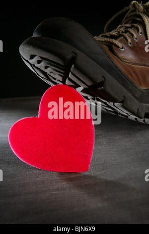 Die Liebe oder Gesundheit-Metapher zu töten. Boot, beschreitet einen roten Valentines heart - Stockfoto