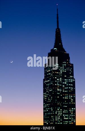 Empire State Building bei Sonnenuntergang - Stockfoto
