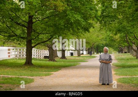 Ein Erzähler steht am Weg vor dem Zentrum Familie Wohnung, Shaker Village, Pleasant Hill, Kentucky - Stockfoto