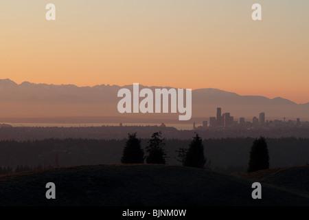 Seattle Skyline Sonnenuntergang mit Puget Sound und die Olympic Mountains im Hintergrund - Stockfoto