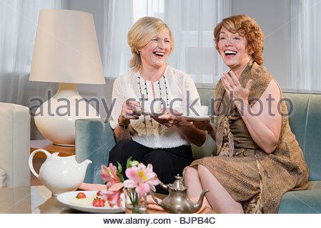 Frauen lachen und Tee - Stockfoto