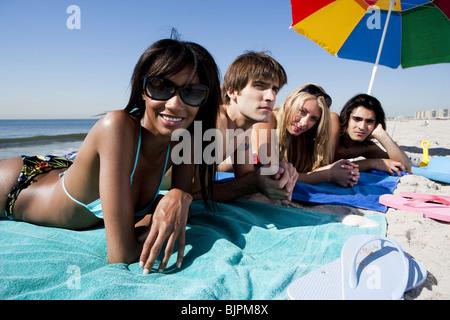 Freunde, die am Strand entspannen - Stockfoto