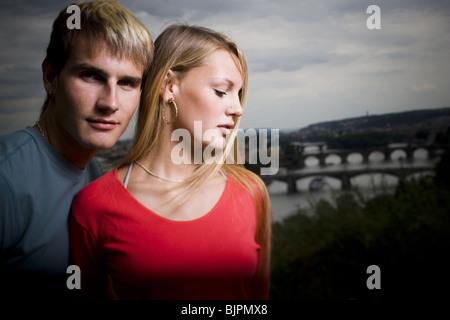 Liebevolle paar mit malerischen Hintergrund - Stockfoto