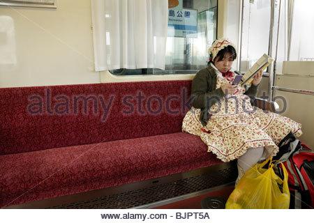 junge Erwachsene fettleibig Japanerin im Lolita Stil Kleidung allein sitzen - Stockfoto