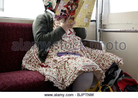 junge Erwachsene fettleibig Japanerin im Lolita Stil Kleidung - Stockfoto