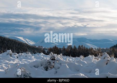 Blick auf den Schnee bedeckt Cairngorm Mountains, Schottland - Stockfoto
