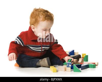 Kinder spielen mit Blöcken - Stockfoto