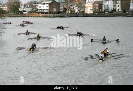 Einige der Rudern Teams im Kopf des Flusses Race auf der Themse am Hammersmith Überschrift für den Start des Rennens. - Stockfoto