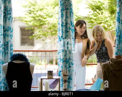Zwei Freundinnen einkaufen - Stockfoto