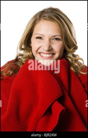 junge Frau in eine Decke gehüllt. - Stockfoto