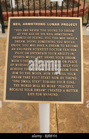Neil Armstrong Luner Projekt Plaque. Du bist nie zu jung, um Traum ist das Thema. - Stockfoto