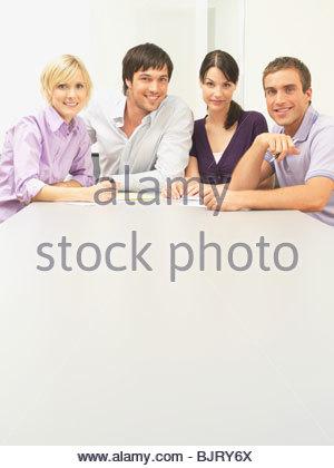 Porträt von Kollegen im Konferenzraum - Stockfoto