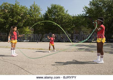 Mädchen mit Seilen überspringen - Stockfoto
