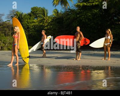 Männliche und weibliche Surfer - Stockfoto