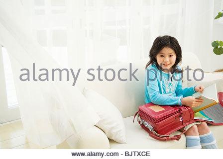 Junges Mädchen ihrer Schule Bücher Holding - Stockfoto