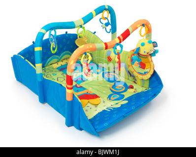 Bunte Spielmatte mit Spielzeug für Babys. Isoliert auf weißem Hintergrund. - Stockfoto
