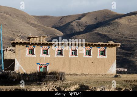 Schlamm-errichtete Häuser in einem tibetischen Dorf in Aba in China. - Stockfoto