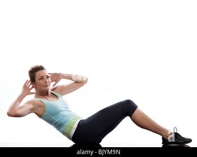 Frau auf die Bauchmuskeln Drehung Training Körperhaltung auf weißem ...