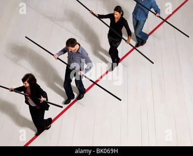 Menschen, die auf dünne rote Linie balancieren - Stockfoto