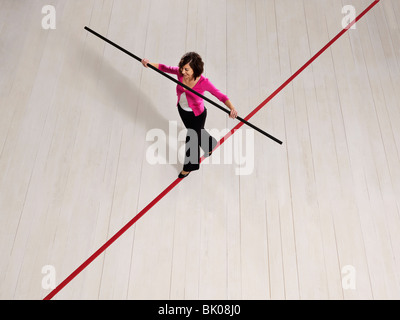 Frau balancieren auf schmalen Grat - Stockfoto