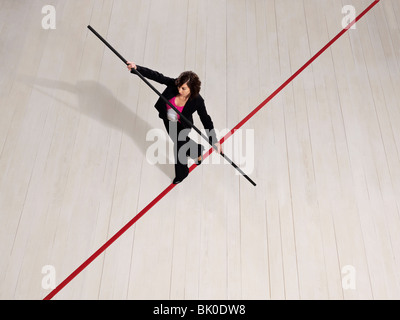 Business-Frau balancieren auf rote Linie - Stockfoto