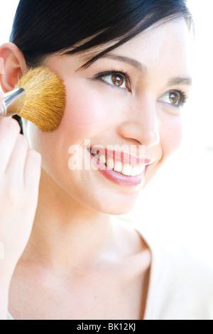 Asiatische Frau Auftragen von Lippenstift