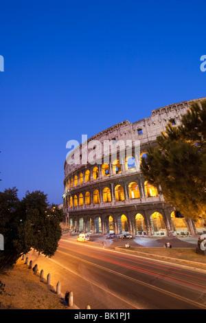 Nachtansicht des Kolosseums mit Ampel Trails. Rom, Italien - Stockfoto