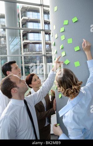 Team-brainstorming mit Haftnotizen - Stockfoto