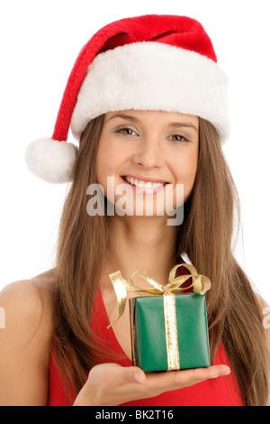 Porträt der jungen Frau hält Weihnachtsgeschenk isoliert auf weißem Hintergrund - Stockfoto
