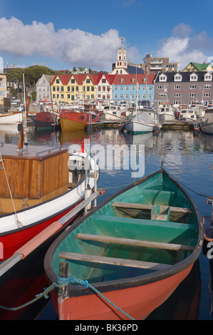 Bunten Booten und malerischen Giebel Gebäude entlang der Uferstraße im Hafen von Vestaravag, Tórshavn, Streymoy, - Stockfoto