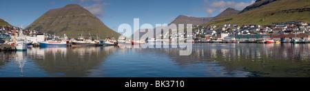 Panoramablick auf Klaksvik, Angelboote/Fischerboote und Hafen, zweitgrößte Stadt der Färöer, Nordoyar, Färöer - Stockfoto