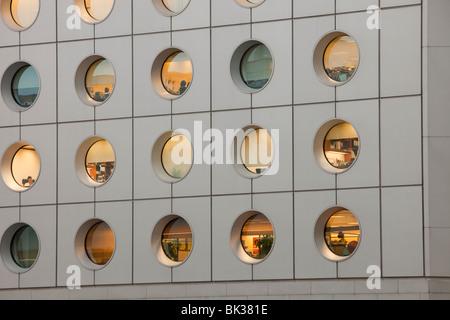 Arbeitnehmer in einem Bürogebäude in Hong Kong, China. - Stockfoto