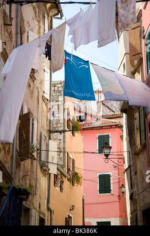 Wäsche hängen in einer Gasse von Altbauten in Rovinj, Istrien, Kroatien, Europa - Stockfoto