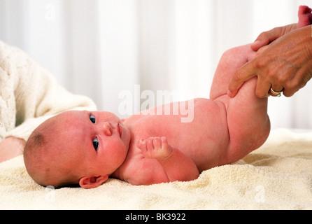 Babinski Test oder Muskeltonus Test oder körperliche Untersuchung neugeborenes Baby homebirth Tests. - Stockfoto