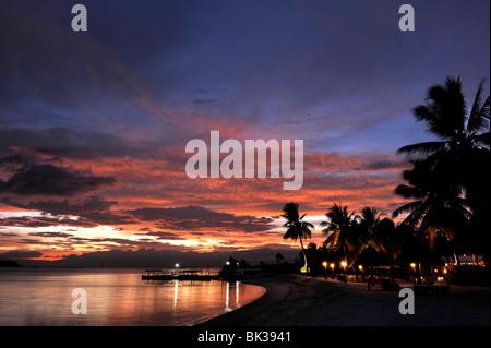 Blick auf den Sonnenuntergang am Strand, badischen Island Resort and Spa in Cebu, Philippinen, Südostasien, Asien - Stockfoto