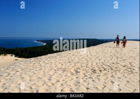 Paare, die auf den Dünen von Pyla, Bucht von Arcachon, Cote d ' Argent, Aquitaine, Frankreich - Stockfoto