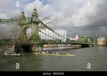 Rudern Teams in den Kopf des River Race auf der Themse an der Hammersmith Bridge Position für den Start des Rennens. - Stockfoto