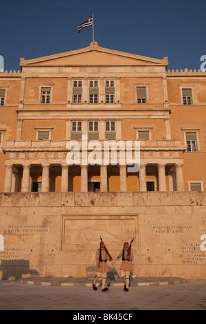 Evzonen Präsidentengarde verteidigen das griechische Parlament in Athen - Stockfoto
