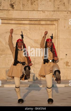 Evzonen Präsidenten bewachen Wechselposition im griechischen Parlament in Athen - Stockfoto