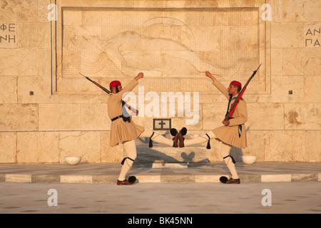 Evzonen Präsidentengarde marschieren, Grab des unbekannten Soldaten und Skulptur des sterbenden Hopliten, griechische - Stockfoto