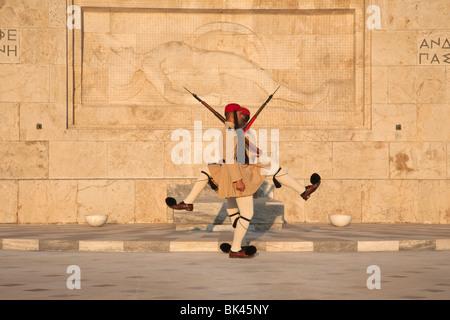 Evzonen Präsidentengarde marschieren, am Grab des unbekannten Soldaten mit Skulptur des sterbenden Hopliten, griechische - Stockfoto