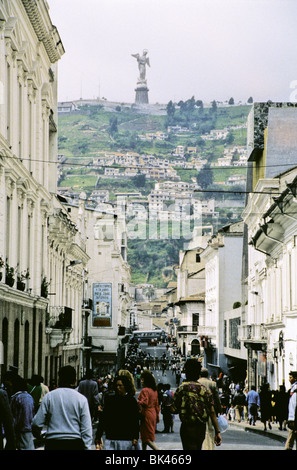 Straßenszene in Quito, Ecuador zeigt die monumentale Statue des geflügelten Jungfrau auf El Panecillo Hügel in der - Stockfoto