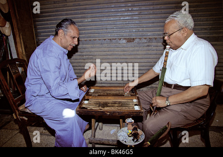Zwei Männer spielen Backgammon in einem Café Cairo, Ägypten - Stockfoto
